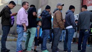 Di dân Trung Mỹ đang xếp hàng đợi được phân phát thực phẩm ở thành phố Tijuana, biên giới Mêhicô - Mỹ, ngày 20/12/2018.
