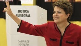 Dilma Rousseff, tras votar en una escual de Porto Alegre, el 31 de octubre de 2010.