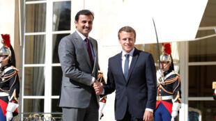 L'émir du Qatar, Tamim ben Hamad al-Thani et le président français Emmanuel Macron sur le perron de l'Elysée, le 15 septembre 2017.