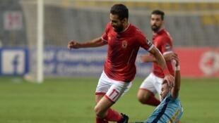 Le Marocain Anass Lamrabat tacle l'Egyptien Waled Soliman, lors d'Al Ahly-Wydad, le 4 juin 2017.