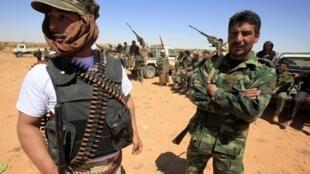 Os Estados Unidos vão desbloquer dinheiro detido de Kadafi para ajudar os rebeldes.
