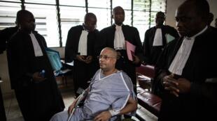 Jean-Claude Muyambo dans son fauteuil roulant devant le tribunal de Kinshasa, le 3 juin 2015.
