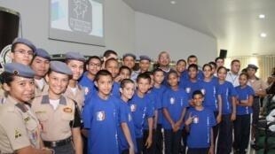 Alunos da Colégio Militar Waldock Frick Lyra (à esq.), no estado do Amazonas, que é administrada pela Polícia Federal