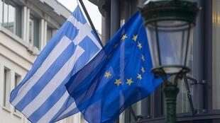 Bandeiras da Grécia e da União Europeia.