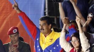 Tổng thống đắc cử Venezuela Nicolas Maduro, và vợ là bà Cilia Flores, tối hôm qua, 14/04/2013, tại Caracas