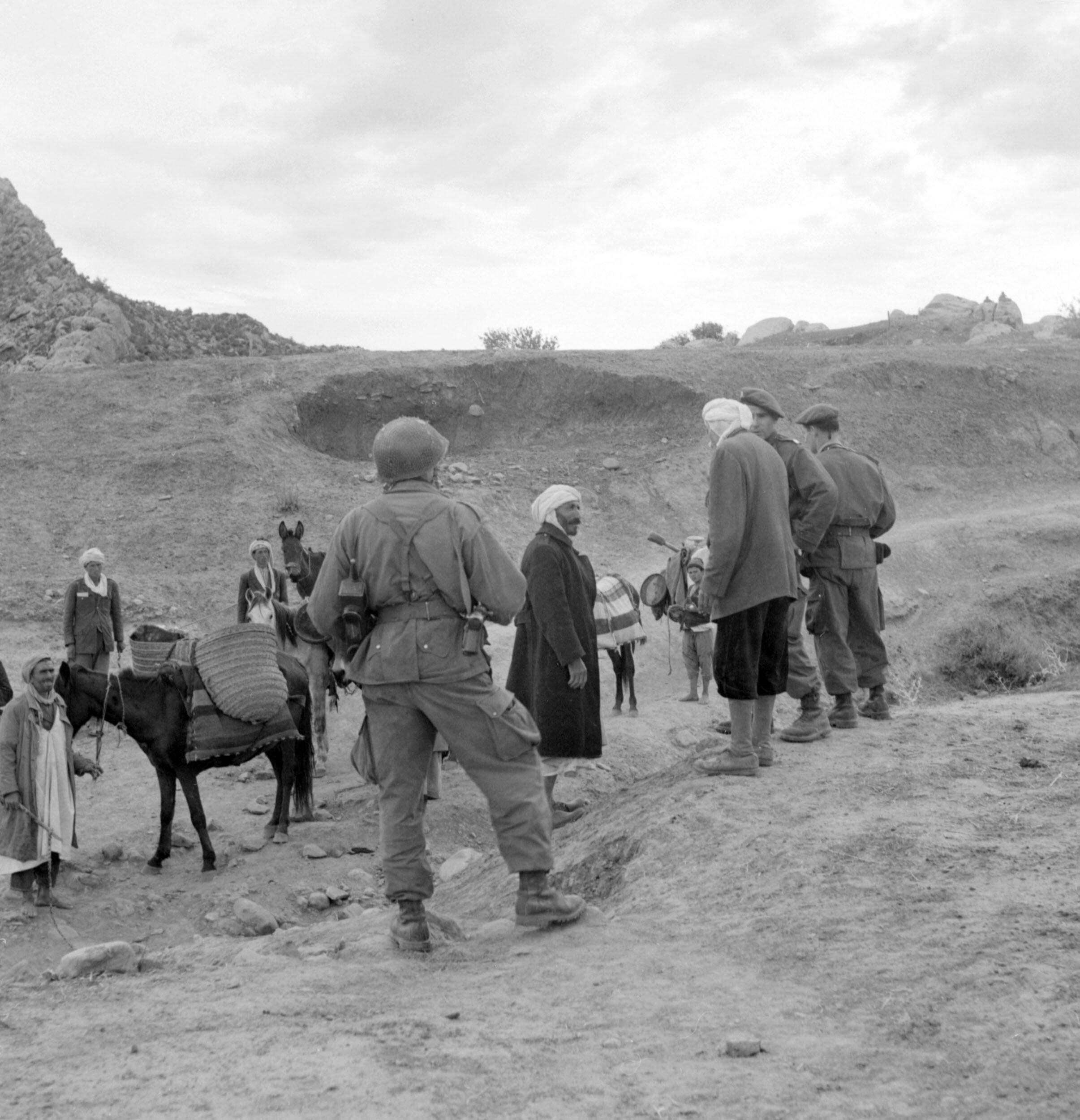 Des parachutistes français en patrouille dans le massif de l'Aurès, ont arrêté une caravane et interrogent les paysans algériens, le 12 novembre 1954, dix jours après la série d'attentats qui a marqué le début de la guerre d'indépendance algérienne.