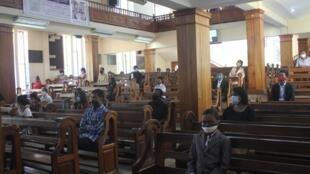 部分已重新开放的教堂要求教友必须戴口罩和保持社交距离