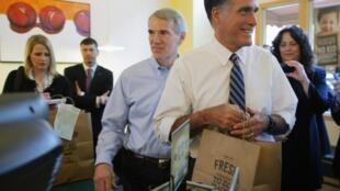 Le candidat républicain, Mitt Romney accompagné du sénateur Rob Portman (au centre) dans un café de Cincinnati, dans l'Ohio, le 25 octobre 2012.