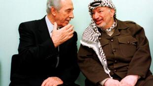 Shimon Peres et Yasser Arafat, le 13 octobre 1998 à Gaza.