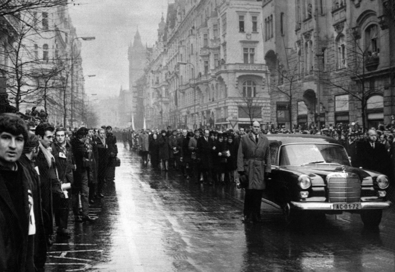 Vue générale du cortège funèbre de Jan Palach, le 25 janvier 1969, dans les rues de Prague. Le jeune étudiant s'est immolé par feu pour protester contre l'occupation soviétique.