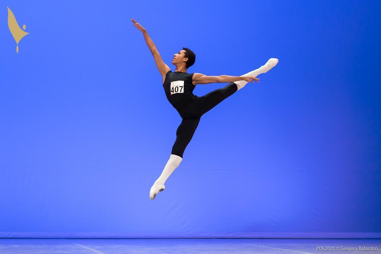 João Vitor Santana realiza a sua apresentação no festival de dança de Lausanne, na Suíça.
