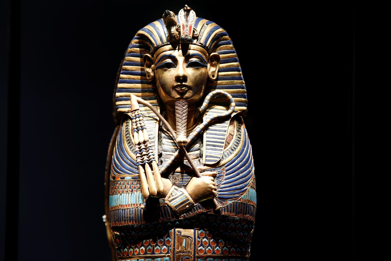 Un féretro miniatura en forma de canopo con la imágen de Tutankamón.