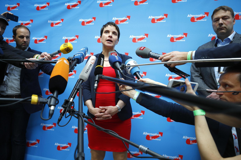 """سخنگو و رهبر حزب راستگرا و اسلام ستیز """"آلترناتیو برای آلمان"""" طی برگزاری کنگره این حزب، به سؤالات خبرنگاران پاسخ میگوید. شنبه ٢٢ آوریل٢٠۱٧ .  Frauke Petry"""