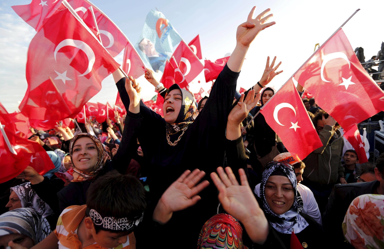 Les partisans du président turc Recep Tayyip Erdogan et de l'AKP, à Istanbul le 30 mai 2015 pour le 562e anniversaire de la conquête de Constantinople en 1453.