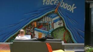 Funcionário do Facebook trabalha na sede da empresa na Califórnia.