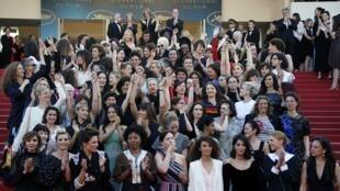 Mulheres protestam nas escadarias de Cannes.