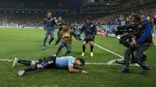 Luis Suarez yana murnar zira kwallo a ragar Ingila a gsar cin kofin duniya da ake gudanarwa a Brazil