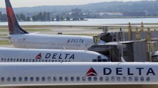 ក្រុមហ៊ុនអាកាសចរណ៍ Delta Airlines ត្រូវបានចតនៅច្រកទ្វារអាកាសយានដ្ឋានជាតិវ៉ាស៊ីនតោន Ronald Reagan Washington ក្នុងរដ្ឋធានីវ៉ាស៊ីនតោនសហរដ្ឋអាមេរិកថ្ងៃទី ៨ ខែសីហាឆ្នាំ ២០១៦ ។