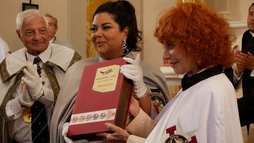 A atriz pernambucana Fabiana Karla (centro), em Perúgia, a Palma de Ouro de Assis e foi nomeada Embaixadora da Paz para o Brasil.