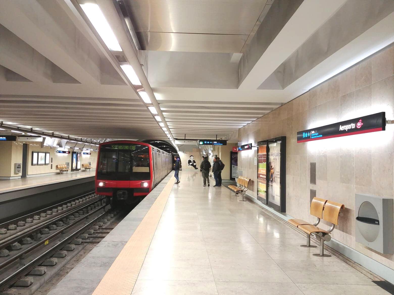 Vé xe điện ngầm từ phi trường vào trung tâm Lisbon rẻ gấp 4 lần so với Paris
