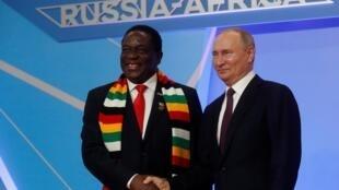 Thủ tướng Nga Putin và tổng thống Zimbabwe Emmerson Mnangagwa, nhân hội nghị thượng đỉnh Nga - Châu Phi, ngày 23/10/2019 tại Sochi.