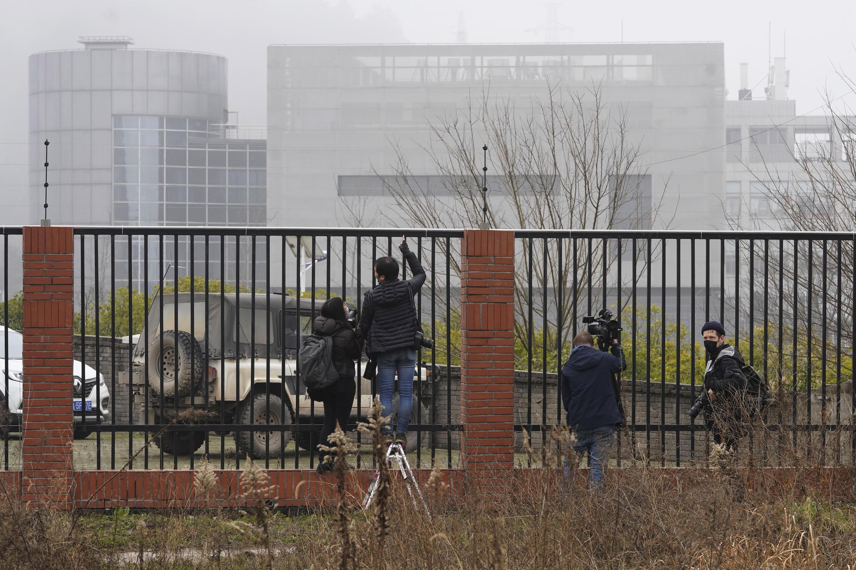 2021年2月3日,世界卫生组织团队在中国湖北省武汉进行实地考察时,记者聚集在武汉病毒研究所P4实验室电围栏附近观察。