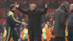 Kocin Manchester United Sir Alex Ferguson yana nuna bacin ran shi bayan alkalin wasa ya ba Nani Jan kati a wasan da suke karawa da Real Madrid a Old Trafford