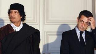 法國總統薩科齊2007年12月10日在愛麗舍宮接待到訪的前利比亞領導人卡紮菲。
