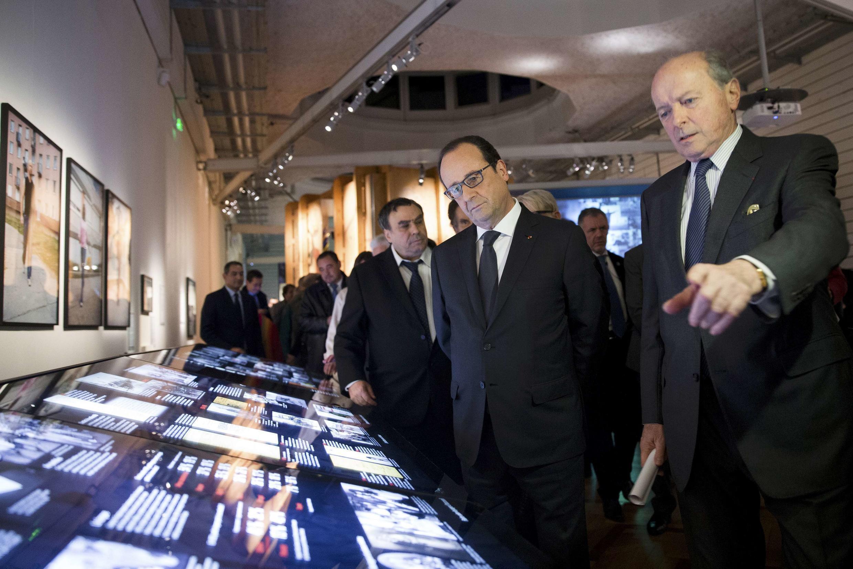 Le président français François Hollande et le défenseur des Droits, Jacques Toubon, visitent le musée de l'histoire de l'immigration, à Paris le 15 décembre.