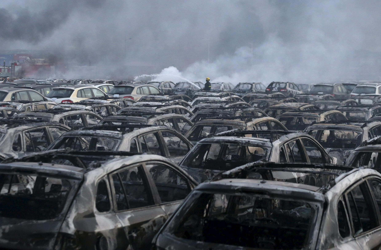 В китайском Тяньцзине более тысячи машин сгорели в результате взрыва на складе