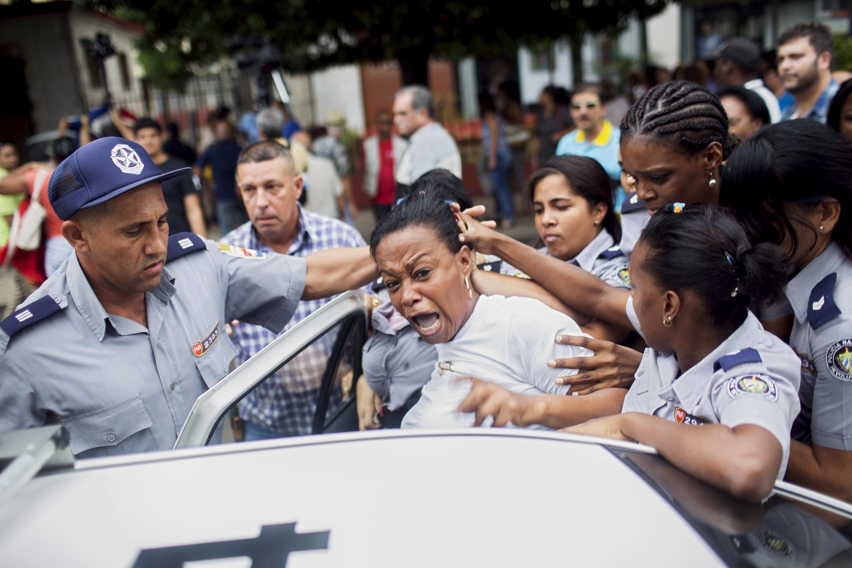 Polisi wakimshikilia mwanamke wakati wa maandamano siku ya kimataifa ya haki za binadamu mjini Havana, nchini Cuba.