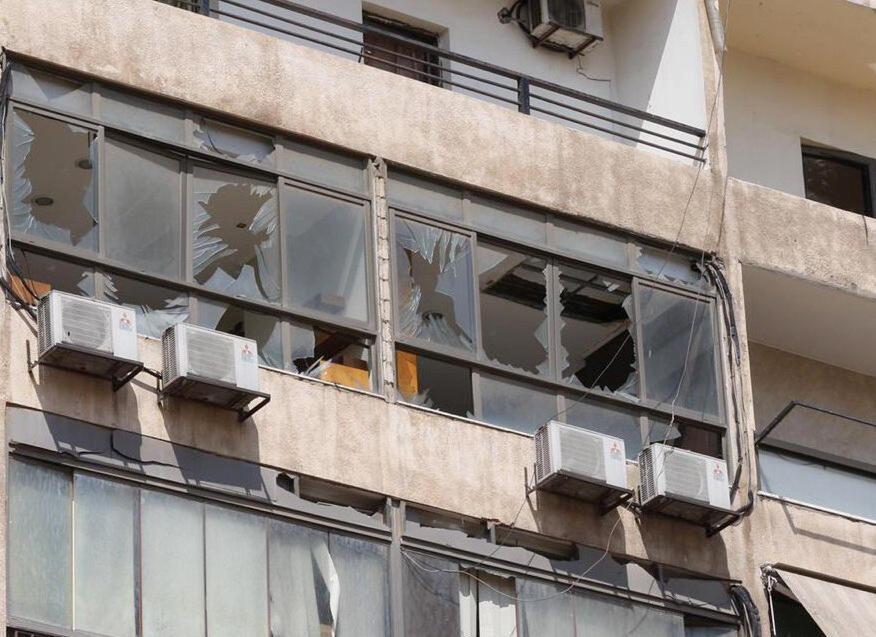 Un immeuble a vu ses vitres brisées après la chute d'un drone israélien sur la banlieue sud de Beyrouth, dans un fief du Hezbollah.