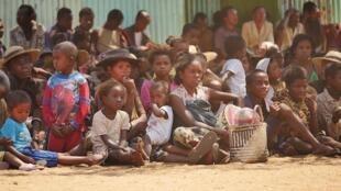 Habitants d'Ambovombe dans l'attente d'une ration alimentaire distribuée par le Programme alimentaire mondial, à Madagascar en septembre 2016.