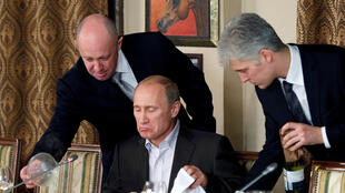 Evgeny Prigozhin (G) assiste le Premier ministre russe Vladimir Poutine lors d'un dîner avec des universitaires et journalistes étrangers au restaurant Cheval Blanc dans les locaux d'un complexe équestre à l'extérieur de Moscou le 11 novembre 2011.