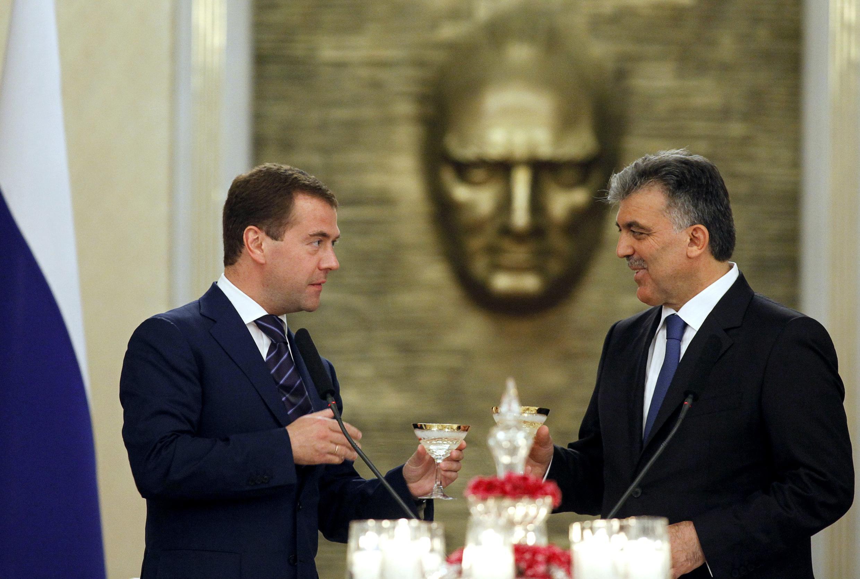 Президент России Дмитрий Медведев и президент Турции Абдулла Гюль в президентском дворце в Анкаре 12 мая 2010 года