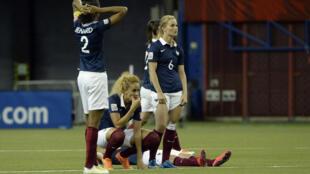Các nữ cầu thủ Pháp buồn bã sau bàn thua đá luân lưu với Đức tại Montréal, 26/06/2015.