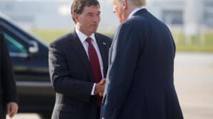Ông Troy Balderson (T) đón tổng thống Mỹ Donald Trump tại sân bay Columbus, Ohio, ngày 04/08/2018