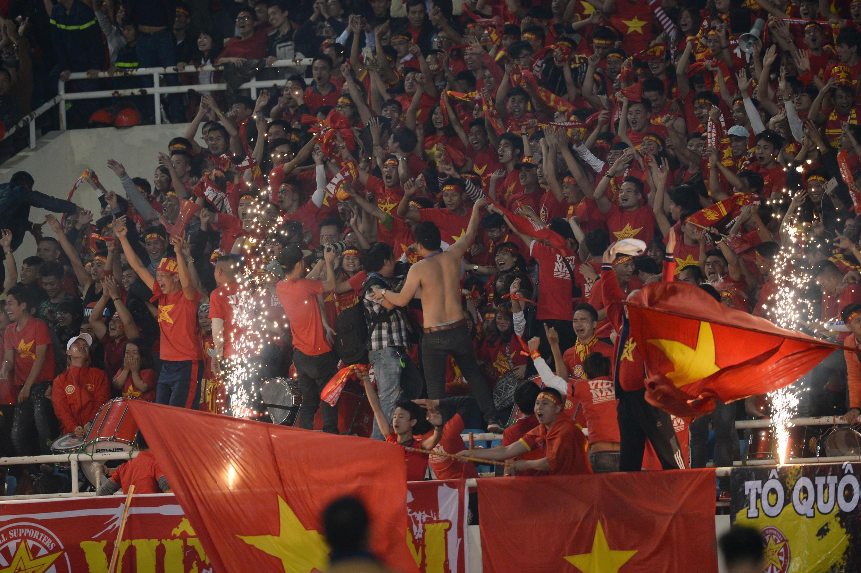 Người hâm mộ bóng đá Việt Nam cổ vũ cho đội nhà trong một giải đấu khu vực.