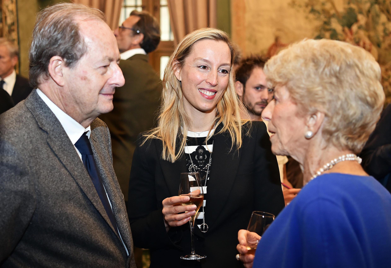 Adélaïde de Clermont-Tonnerre, lauréate 2016 du Grand prix de l'Académie française (C) aux côtées des académiciens Hélène Carrère d'Encausse et Jean-Marie Rouart, le 27 octobre 2016.