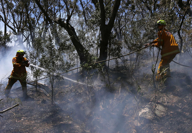 Os bombeiros da Nova Gales do Sul nesta quarta-feira, 23, tentam apagar os incêndios no leste da Austrália.