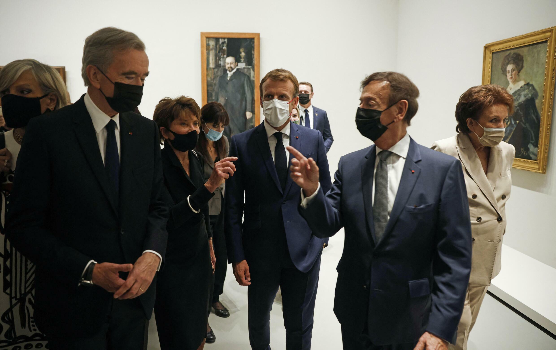 Le président français Emmanuel Macron en compagnie du patron du groupe de luxe LVMH, Bernard Arnault, et de la ministre française de la Culture Roselyne Bachelot lors du vernissage de l'exposition « La collection Morozov, icônes de l'art moderne » à la Fondation Louis Vuitton à Paris, le 21 septembre 2021. Yoan VALAT / POOL / AFP