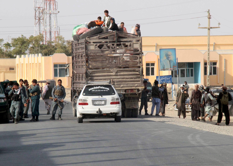 Des habitants quittent Kunduz et ses environs après la bataille, le 28 septembre 2015.