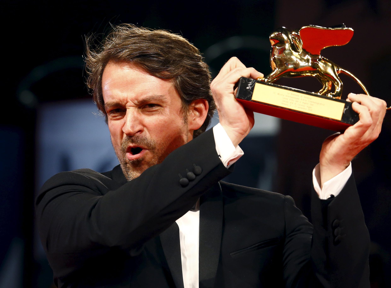 Diretor venezuelano Lorenzo Vigas comemora Leão de Ouro recebido no Festival de Veneza.