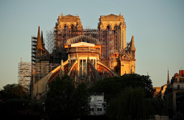 La catedral de Notre Dame de París, al amanecer del 14 de abril de 2020, en el primer aniversario del violento incendio que destruyó gran parte del monumento