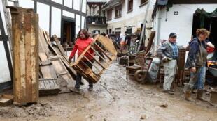 Ciudadanos ayudan a limpiar los desastres del temporal en Alemania.