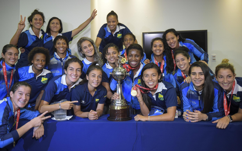 Las jugadoras del Atlético Huila de Colombia posan con el trofeo de la Copa Libertadores Femenina durante una conferencia de prensa en Bogotá, Colombia, el 4 de diciembre de 2018.