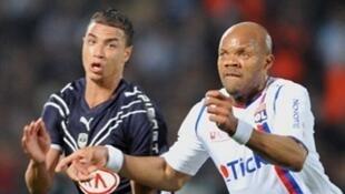 Tiền đạo Bordeaux Chamakh (áo xanh) và trung vệ Lyon Boumsong sẽ lại gặp nhau tại tứ kết Cúp C 1