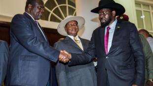 Le président du Soudan du Sud Salva Kiir (d) serre la main de son rival Riek Machar. C'était le 7 juillet 2018 en Ouganda.