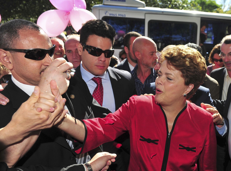 Ứng cử viên Dilma Rousseff (phải), đảng Lao động cầm quyền, đến phòng bỏ phiếu tại Porto Alerge (31/10/2010)
