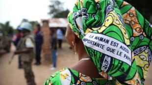 Une femme congolaise défend et promeut les droits des femmes via un message imprimé sur ses pagnes